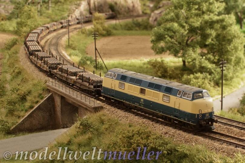 Ein schwerer Stahlzug legt sich elegant in die Kurve, ein klassisches Eisenbahnmotiv...